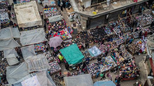 Các nhà cung cấp đường phố bán giày tại thị trường Al-Attaba ở trung tâm Cairo, Ai Cập, vào ngày 21 tháng 2 năm 2018.
